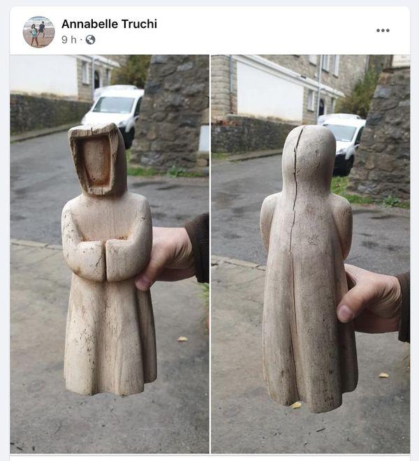 La fameuse statuette en bois.
