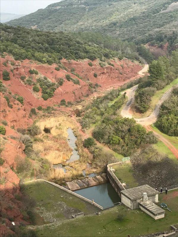 Les terres rouges, caractéristiques du Salagou, à l'arrière du barrage. 4/03/2021