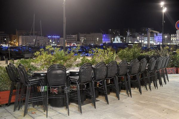 A Marseille et Aix-en-Provence, les bars qui ne proposent pas de restauration à table sont contraints de rester fermés.