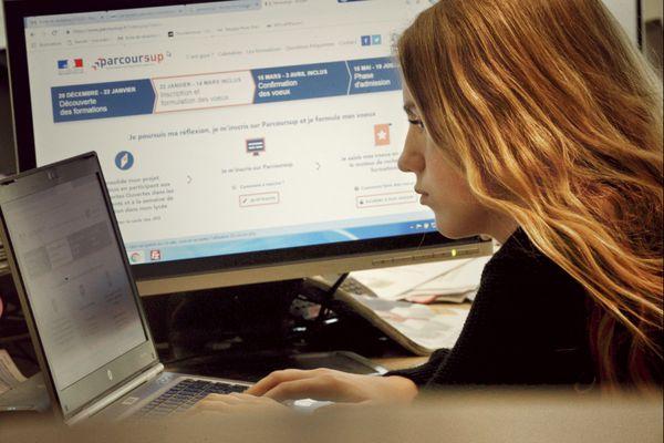 Une lycéenne devant son ordinateur prend connaissance de la plateforme d'admission Parcoursup, mardi 22 janvier 2019.