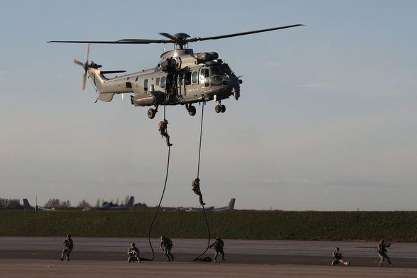 La mission d'entraînement avait lieu à bord d'un hélicoptère Caracal, ici photographié lors d'un autre exercice.