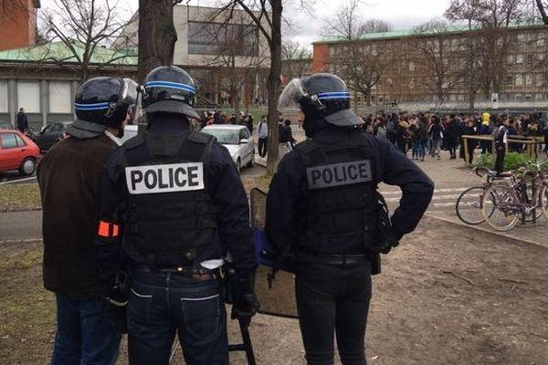 Le cortège de manifestants est arrivé devant le lycée Kléber vers 11h, sous bonne garde.