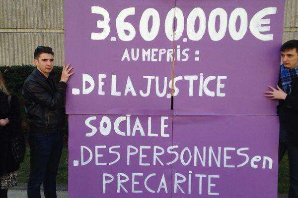 6 militants du parti Debout la France ont manifesté devant le conseil régional à Dijon, contre la hausse des indemnités des élus.
