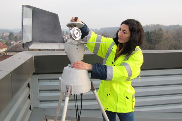 Elise Darlay, analyste pollens pour ATMO Bourgogne-Franche-Comté, manipule un des cinq capteurs installés dans la région