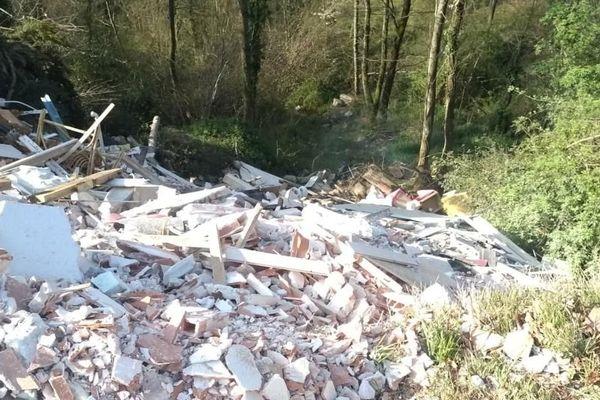 Des déchets déversés illégalement sur la commune de Caharet menacent de polluer la rivière la Lène