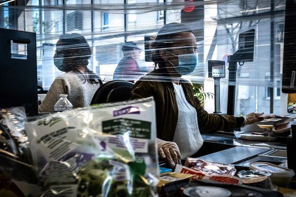 Une caissière travaillant dans un supermarché de Givors, près de Lyon, au 30e jour du confinement.