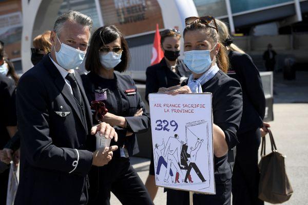 Des membres du personnel d'Air France en grève devant l'aéroport de Marseille ce 28 mars 2021.