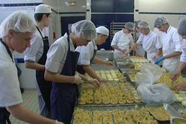 Les élèves ont préparé 2100 paniers pique-nique.