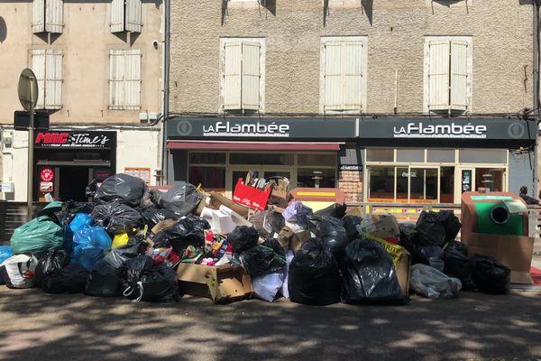 Au centre ville, comme dans d'autres secteurs de Castres, les poubelles s'amoncellent sur les trottoirs suite à la grève des éboueurs. Ils reprennent le travail lundi 10 mai.