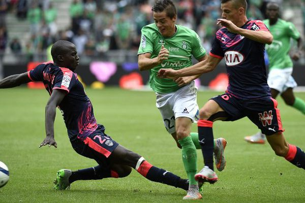 Le stéphanois Romain Hamouma dispute la balle aux bordelais Cedric Yambere et Frederic Guilbert en deuxième journée de Ligue 1 au Stade Geoffroy Guichard, le samedi 15 août 2015.