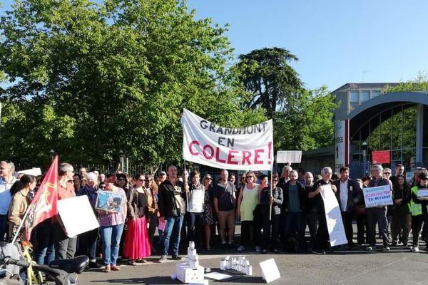 A Tours, près de 100 professeurs se sont regroupés devant le Lycée Grandmont pour manifester leur mécontentement
