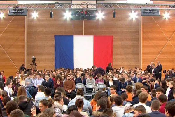 Emmanuel Macron a rendez-vous à Etang-sur-Arroux, à 15h, avec des jeunes de 15 à 25 ans pour un débat dans le cadre du Grand débat national