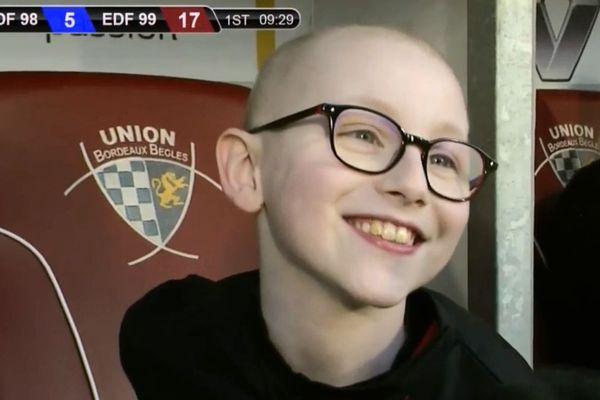 Maxence, enfant handicapé aidé par l'association, a donné le top départ de la seconde mi-temps