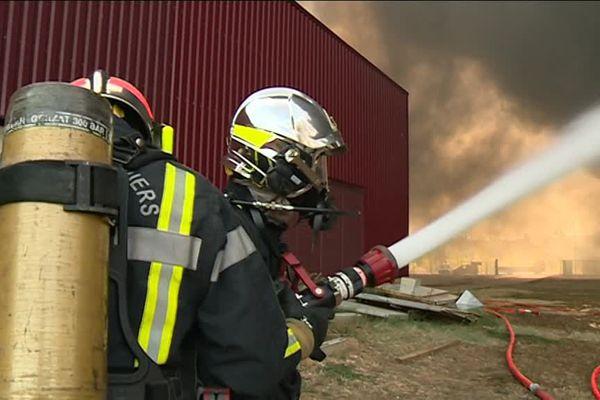 Illustration / Les pompiers sur l'incendie à la Z.A La Peyre Aimargues dans le Gard le 5 septembre 2016