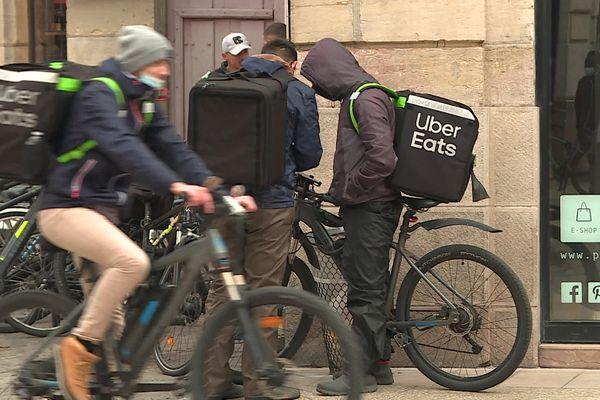 Des livreurs Uber Eats, à Dijon, en octobre 2020. (archives)