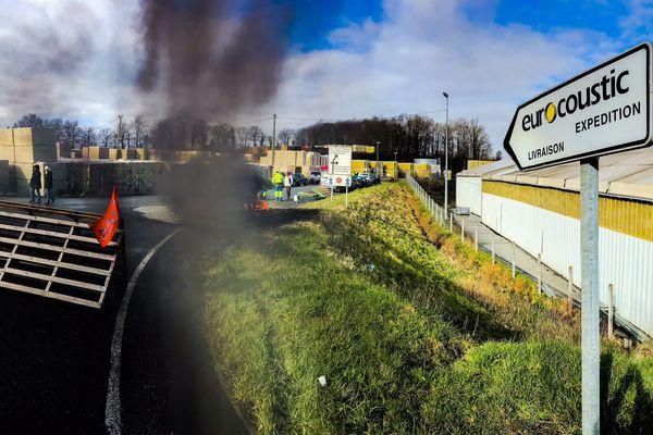106 salariés sont en grève ce mardi, sur les 160 que compte l'usine Saint-Gobain Eurocoustic.