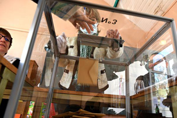 Journée de vote dans un bureau de Fleury-les-Aubrais.