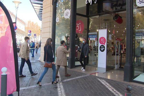 Les magasins de vêtements étaient ouverts ce samedi matin à Béziers.