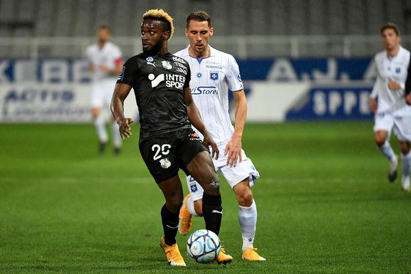 Stephen Mendoza (Amiens SC, à g.) et Rémy Dugimont (AJ Auxerre, à d.) lors de la rencontre de la 10ème journée de L2