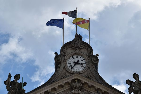 Le drapeau européen sur la façade de la mairie de Nancy.