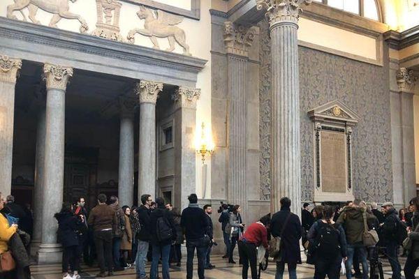 Des journalistes venus en nombre pour le délibéré concernant le procès Barbarin en appel