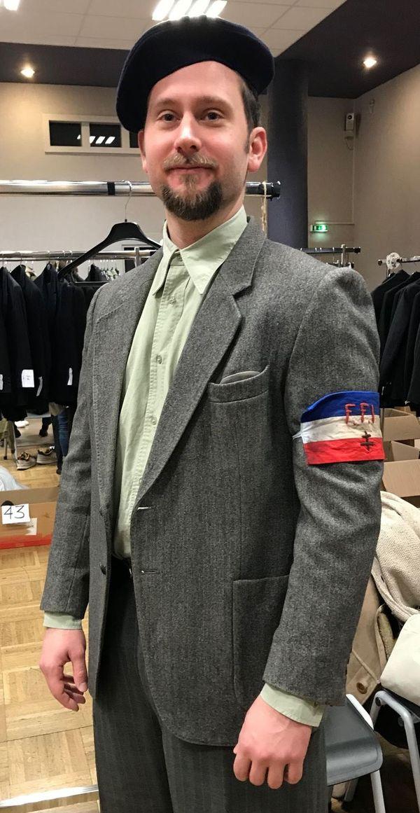"""Un figurant déguisé en """"FFI - Forces françaises de l'intérieur"""" lors des essayages des costumes en amont du tournage salle Chepfer à Nancy."""