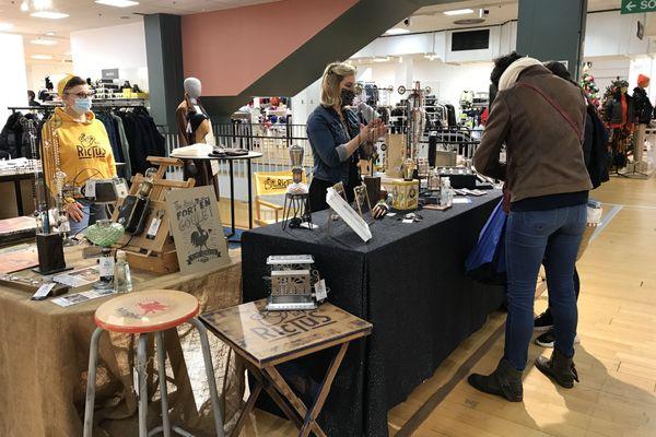 Ce grand magasin de La Roche-sur-Yon a accueilli deux artisans pour les fêtes de Noël.