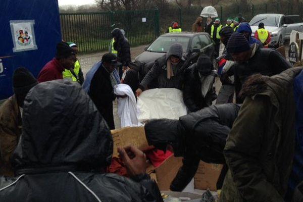 10 tonnes de dons ont été amenés par le Secours Populaire aux migrants de la Jungle, sous une pluie battante.