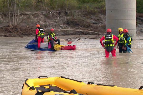 Les secouristes spécialisés dans la recherche en milieux aquatiques et eaux vives, dans l'embouchure du Var, à Saint Laurent du Var (Alpes-Maritimes) ce vendredi 9 octobre, recherchent des corps.