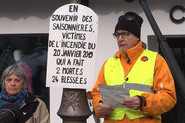 Le rassemblement a débuté par un texte lu par Alain Corci, le père d'une des victimes, au pied de l'ancien hôtel Isba incendié.