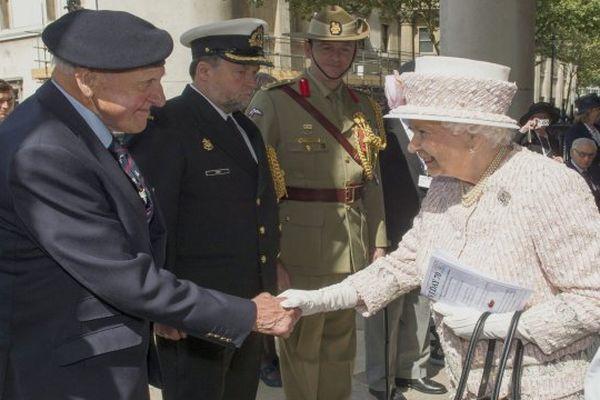 La souveraine britannique salue des vétérans lors des cérémonies du 70ème anniversaire du Débarquement