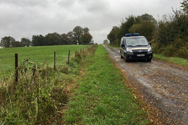 Les gendarmes ont bouclé le secteur entourant l'endroit où le corps de Valentin a été découvert.