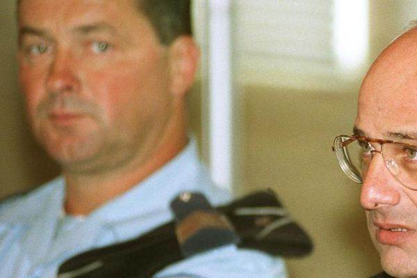 Jean-Claude Romand, dans le box des accusés pour l'ouverture de son procès, le 25 juin 1996 devant la Cour d'assises de l'Ain au palais de justice de Bourg-en-Bresse.