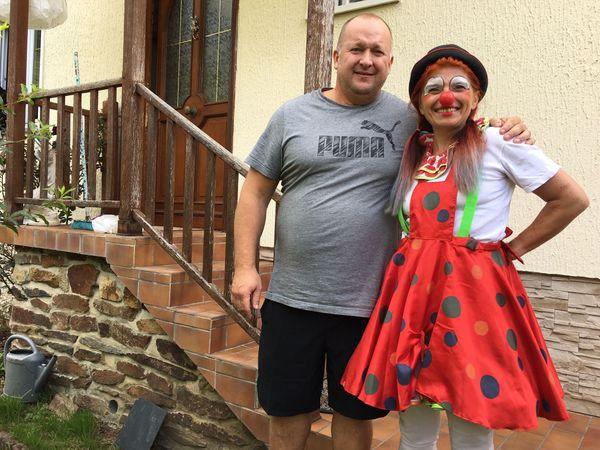 Jean Noël Boenard,très heureux de partager de belles tranches de rigolades avec Anita, sa voisine