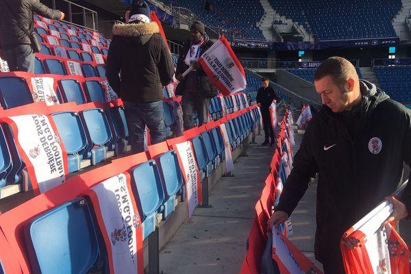 Une cinquantaine de supporters du club de Gonfreville-l'Orcher installe leurs couleurs dans les tribunes du stade Océane.
