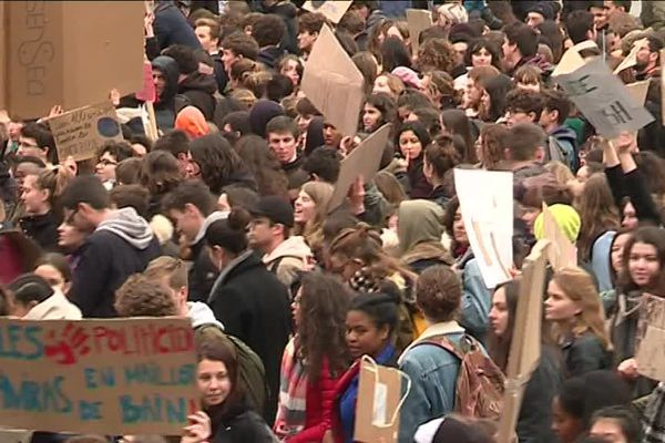 À Nantes, une marée de lycéens ont manifesté pour exiger des mesures plus énergiques en faveur du climat.