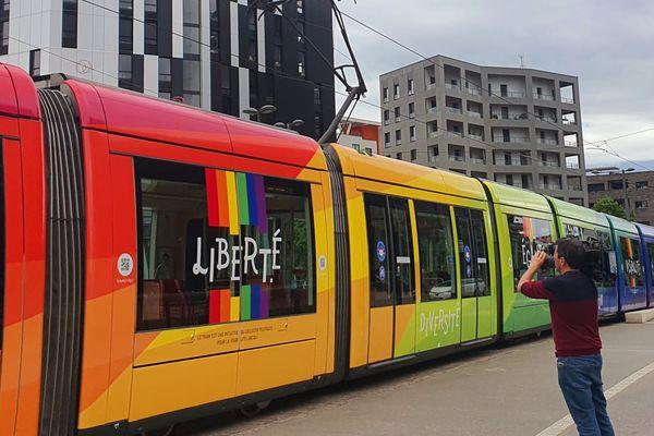 La rame de tramway arc-en-ciel effectue sa première circulation dans Strasbourg.