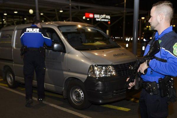 Les forces de l'ordre contrôlent un véhicule à l'aéroport de Genève, le 10 décembre 2015.