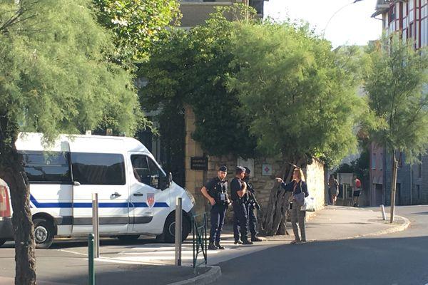 Les rues sont gardées par de nombreuses forces de police.