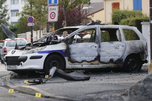 La voiture des policiers attaqués à coup de cocktail molotov dans l'Essonne