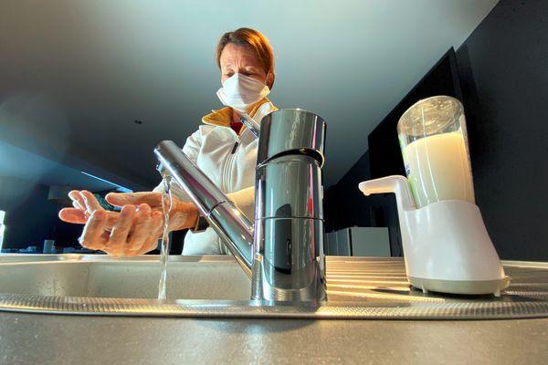 Illustration. Les faux agents de l'eau annoncent aux particuliers une forte consommation d'eau et demandent un règlement par nature.