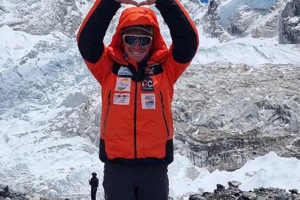 Le professeur de ski de La Plagne, Jonathan Lamy, sur les pentes de l'Everest.
