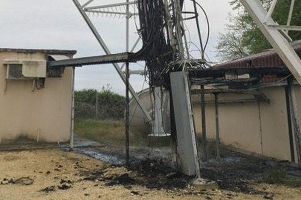 La base du pilône TDF de Saint-Saturnin (Charente), sérieusement endommagée par les flammes.