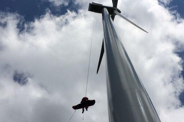 Le 24 mai, un exercice de sauvetage sur le site éolien de Bajouve à St-Julien Puy Lavèze (Puy-de-Dôme) mobilise les hommes du GRIMP, le Groupe de Reconnaissance et d'Intervention en Milieu Périlleux.