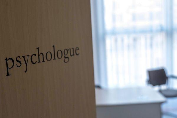 A Dijon, le CHU et le Centre Hospitalier La Chartreuse collaborent dans la mise en place d'une plateforme téléphonique de soutien psychologique. Au bout du fil, une vingtaine de psychologues qui sont là pour répondre à tout le monde (usagers, soignants, patients) pour surmonter les conséquences psychologiques de cette crise sanitaire.