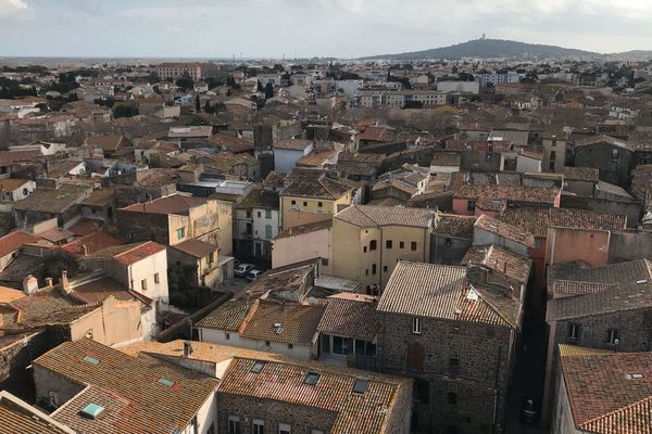 La ville d'Agde vue du haut de la cathédrale Saint-Etienne, le Mont Saint-Loup en fond