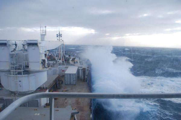 Le Marion Dufresne II naviguant sur l'océan Austral.