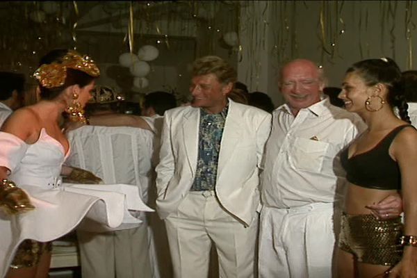Johnny Hallyday à coté d'Eddie Barclay dans une des célèbres soirées blanches du producteur à Saint-Tropez.