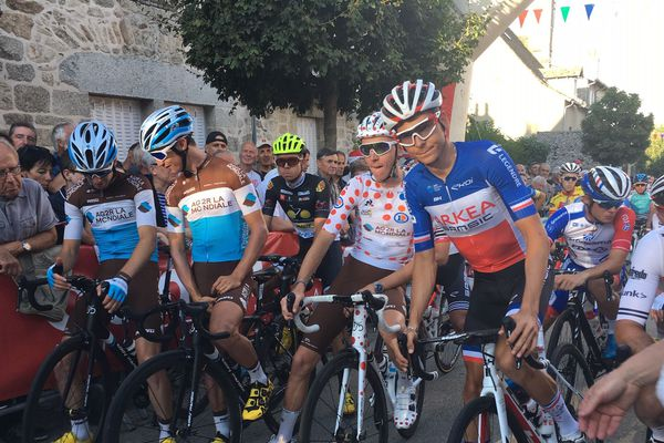 Romain Bardet et Warren Barguil complices sur la ligne de départ du critérium cycliste de Marcolès 2019 remporté par le champion de France en titre