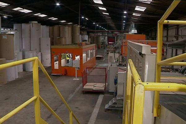 Les blocs de carton sont empilés dans l'atelier de fabrication de Sofpo